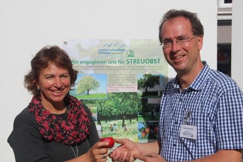 Gisela Sengl und Jürgen Sandner beim Apfelmarkt in Traunstein